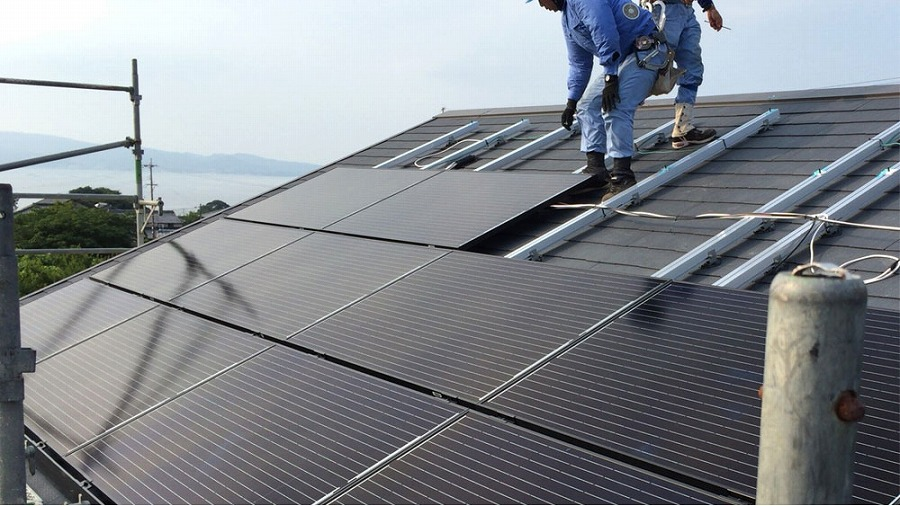 太陽光パネル施工シーン